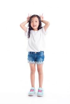Junger asiatischer mädchenstand und lächeln über weißem hintergrund