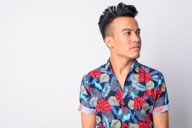 Junger asiatischer mann, der böhmisches hemd trägt