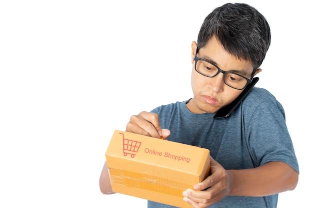 Junger asiatischer mann, der ein smartphone verwendet, das online-kaufkaufauftrag prüfend nimmt.
