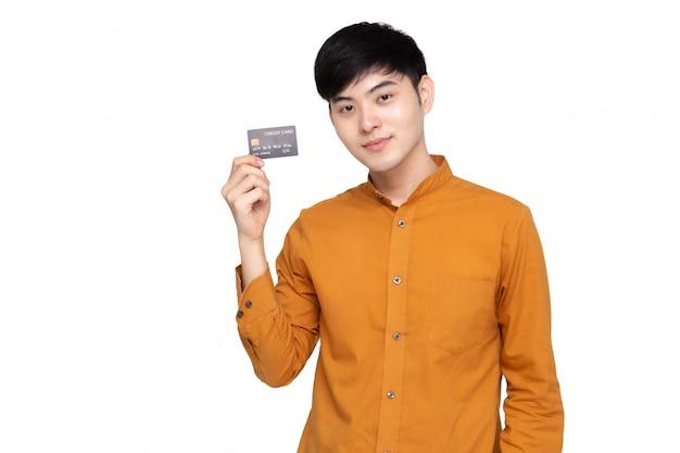 Junger asiatischer mann, der kreditkarte hält