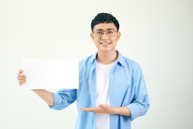 Junger asiatischer mann, der plakat hält