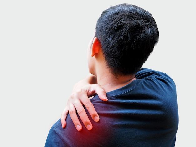 Junger asiatischer mann, der unter rückenschmerzen, schulterschmerzen und bürosyndrom leidet.