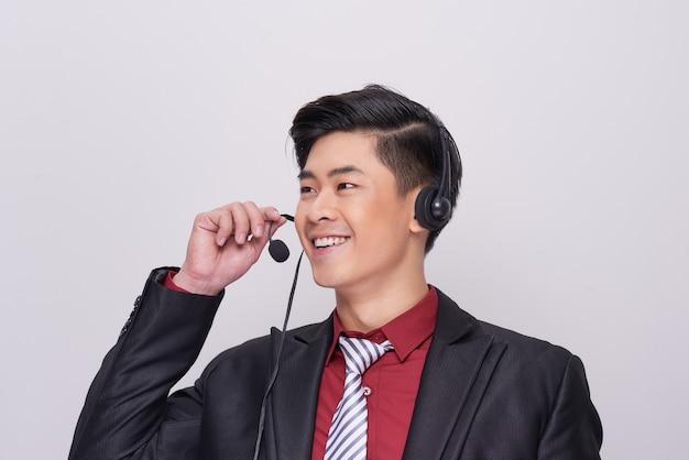 Junger asiatischer mann im anzug mit headset