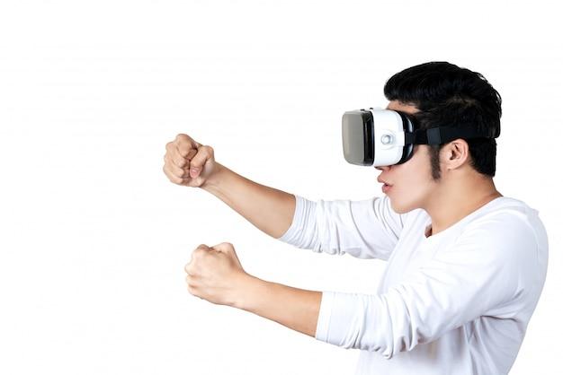 Junger asiatischer mann in der zufälligen ausstattung, die vr-gläser hält oder trägt