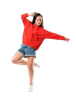 Junger asiatischer tänzer über lokalisierter weißer wand