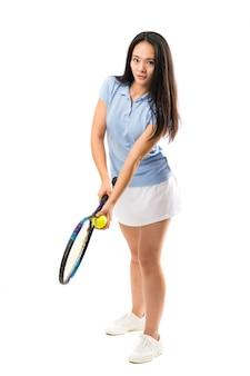 Junger asiatischer tennisspieler über lokalisierter weißer wand