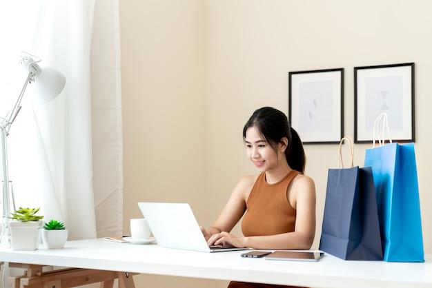 Junger asiatischer unternehmer, der bestellung überprüft,