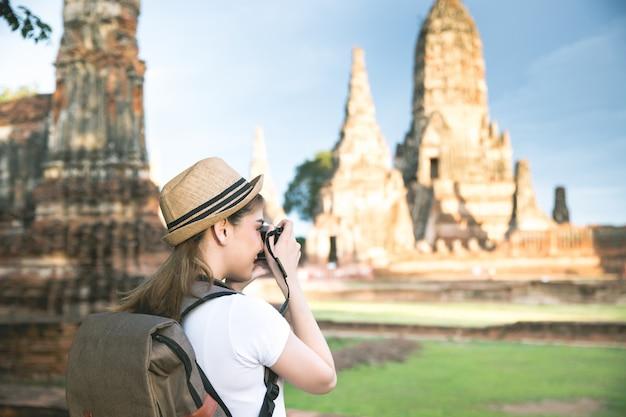 Junger asiatischer weiblicher reisender mit rucksack reisender ayutthaya-provinz, thailand