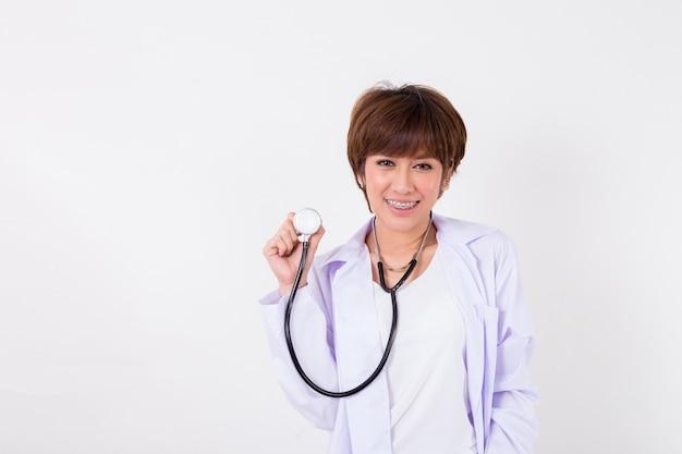 Junger asien-doktor mit stethoskop. getrennt auf weißem hintergrund. studiobeleuchtung. konzept für gesundheit