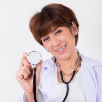 Junger asien-doktor mit stethoskop. isoliert auf weißem hintergrund. studiobeleuchtung. konzept für gesund