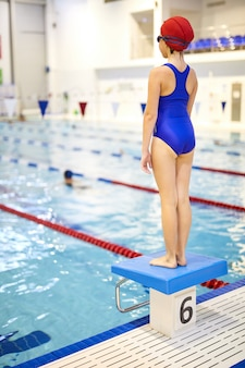 Junger athlet im schwimmbad