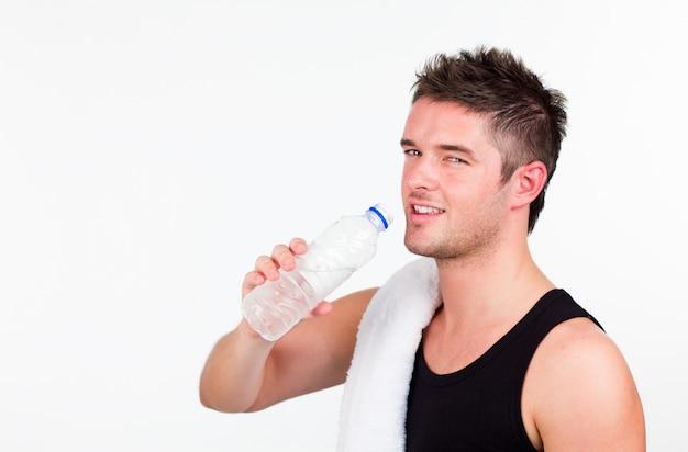 Junger athlethic mann drining wasser