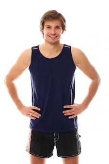 Junger athletischer mann mit sportbekleidung