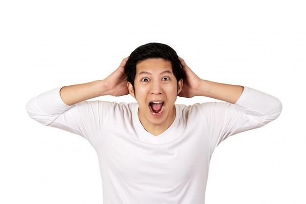 Junger attraktiver asiatischer mann im zufälligen weißen hemd, das kamera betrachtet