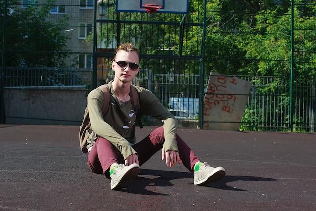 Junger attraktiver mann im städtischen hintergrund