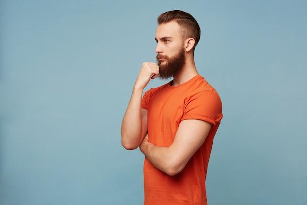 Junger attraktiver starker hackbeilmann mit einem modischen haarschnitt dicken bart