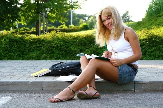 Junger attraktiver student, der das buch liest