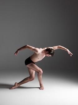 Junger attraktiver tänzer des modernen balletts