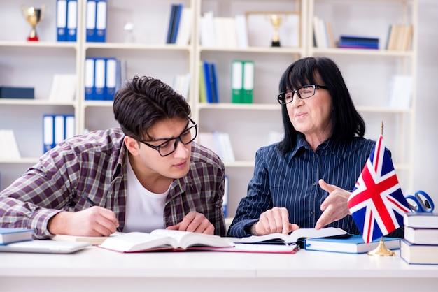 Junger ausländischer student während des englischunterrichts