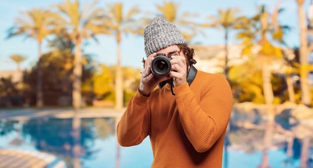 Junger bärtiger mann mit fotokamera