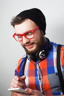 Junger bärtiger mann mit mobile