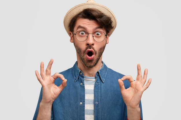 Junger bärtiger mann mit runder brille und jeanshemd