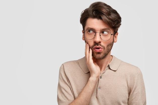Junger bärtiger mann mit runder brille