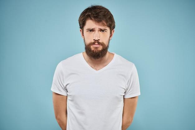 Junger bärtiger mann mit traurigem blick