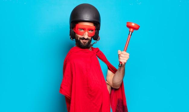 Junger bärtiger mann. verrückter und humorvoller superheld mit helm und maske