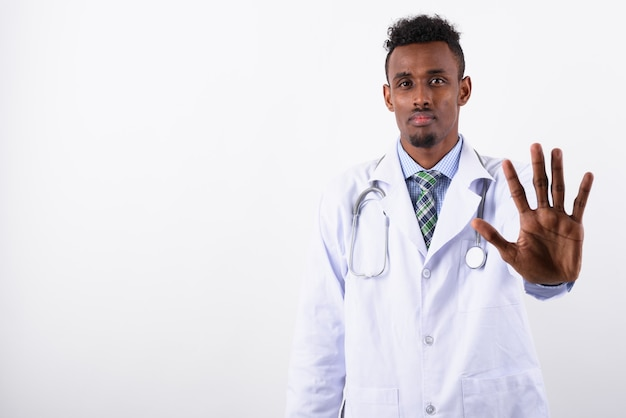 Junger bärtiger mannarzt gegen weiß