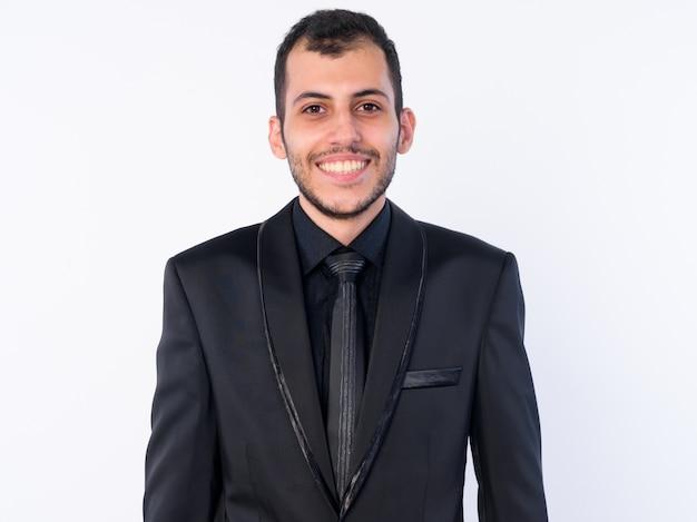 Junger bärtiger persischer geschäftsmann, der anzug lokalisiert trägt