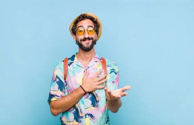 Junger bärtiger touristenmann, der glücklich und verliebt fühlt