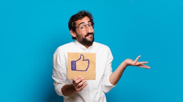 Junger bärtiger verrückter mann, der ein soziales medien wie banner hält
