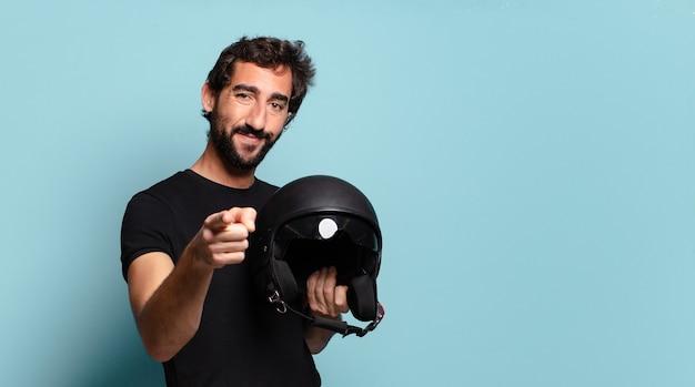 Junger bärtiger verrückter mann mit einem motorradhelm