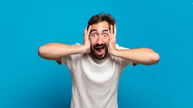 Junger bärtiger verrückter mann überrascht mit einem kopienraum