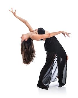 Junger balletttänzer, der über weißem hintergrund aufwirft