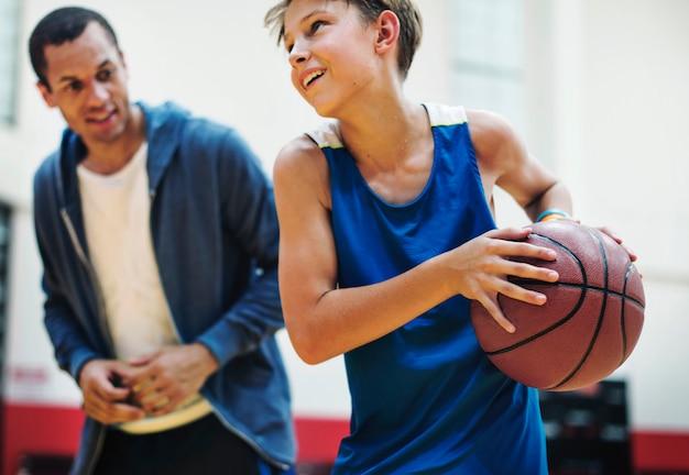 Junger basketballspieler schießen