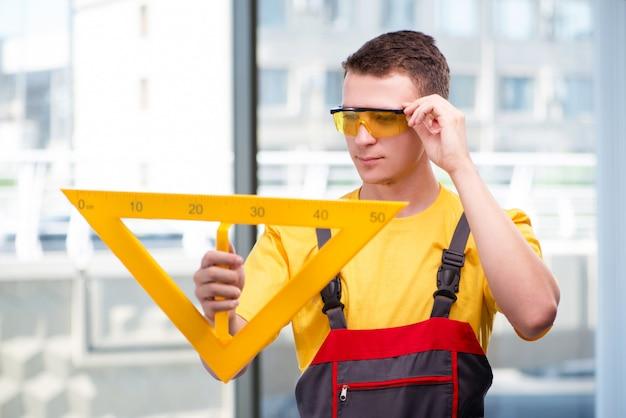 Junger bauarbeiter im gelben overall