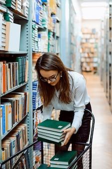 Junger bibliothekar mit neuen büchern