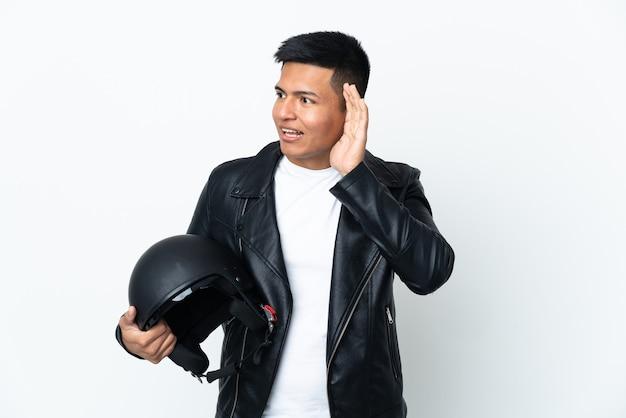 Junger biker, der einen motorradhelm hält