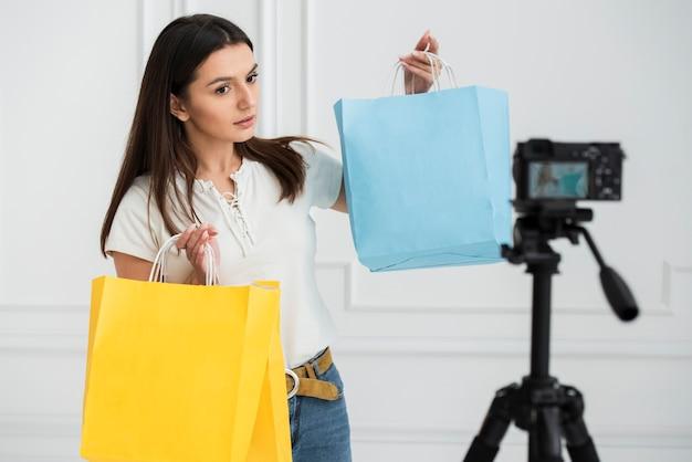 Junger blogger, der ein video notiert