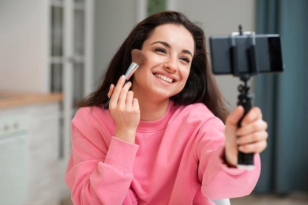 Junger blogger, der sich schminken lässt