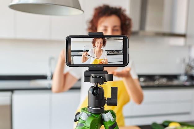 Junger blogger und online-influencer, der videoinhalte über gesunde lebensmittel aufzeichnet