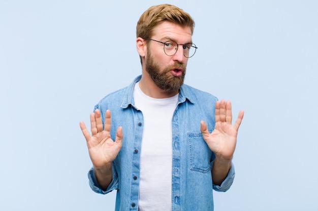 Junger blonder erwachsener mann, der nervös, besorgt und betroffen schaut