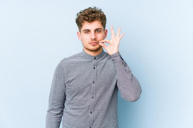 Junger blonder mann mit lockigem haar, dessen finger auf den lippen ein geheimnis bewahren