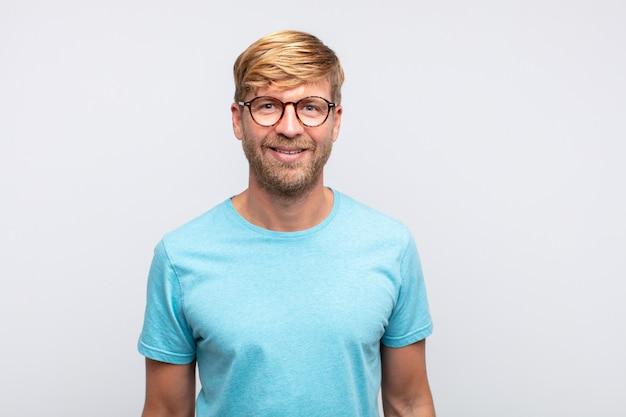 Junger blonder mann posiert