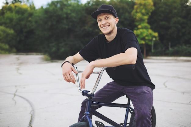 Junger bmx-radfahrer
