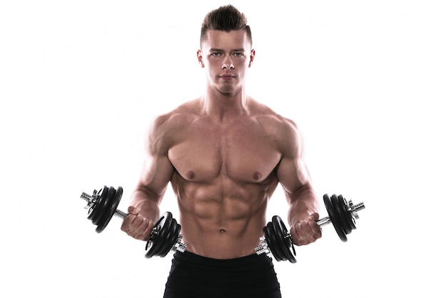 Junger bodybuilder mit dummköpfen