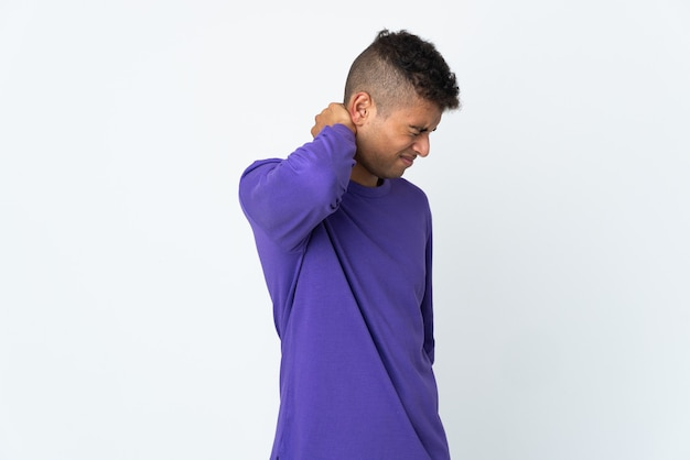 Junger brasilianischer mann lokalisiert auf weißer wand mit nackenschmerzen