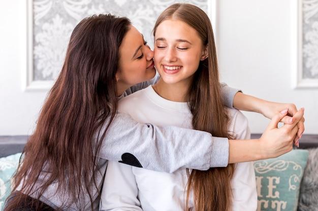 Junger brunette, der ihre freundin küsst